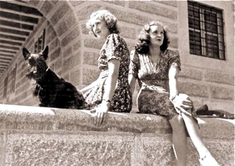 Datei:Eva und Gretl Braun auf der hinteren Terrasse des Kehlsteinhauses (Adlerhorst) am Obersalzberg, Berchtesgaden.jpg