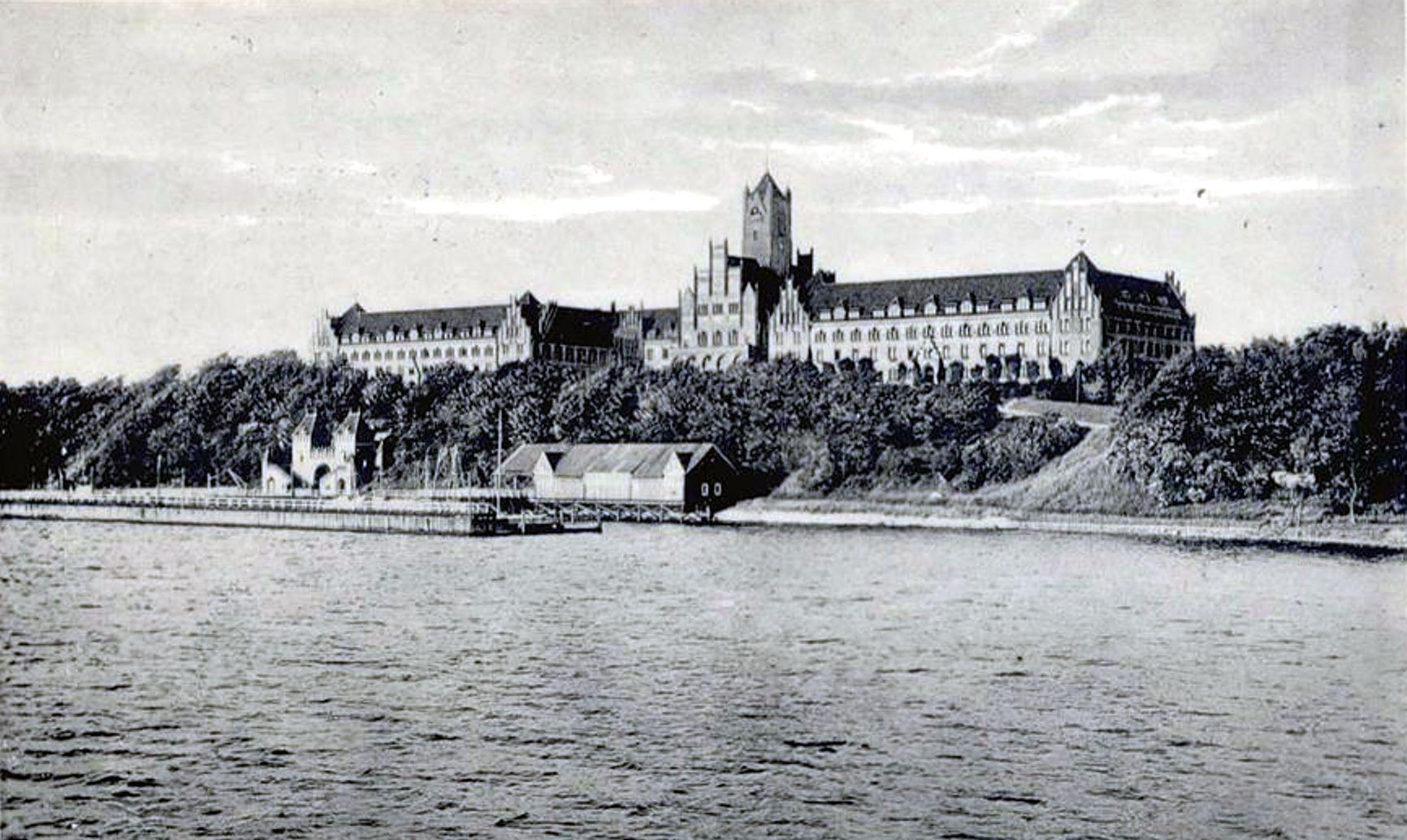 http://de.metapedia.org/m/images/7/7d/Marineschule_Flensburg-M%C3%BCrwik.jpg
